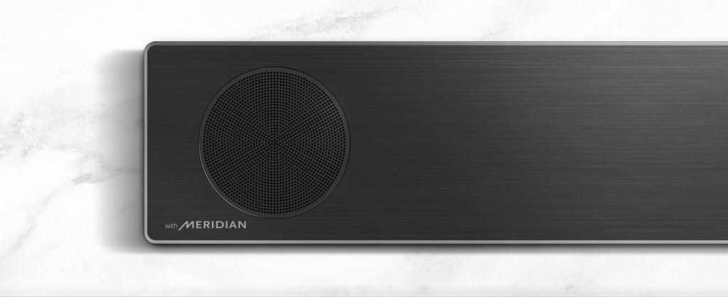 Prim-plan cu partea din stânga a soundbar LG, cu logo-ul Meridian în colțul din stânga jos.