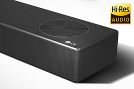 În prim-plan un soundbar LG în partea dreaptă, cu logo-ul LG afișat în colțul din dreapta jos. Logo-ul cu rezoluție înaltă este afișat deasupra produsului.