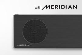 Prim-plan cu partea din stânga a soundbar LG, cu logo-ul Meridian în colțul din stânga jos. Logo-ul Meridian de dimensiuni mai mari este afișat deasupra produsului.