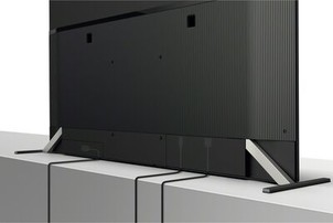 Imagine din spate cu un televizor demonstrând gestionarea cablurilor
