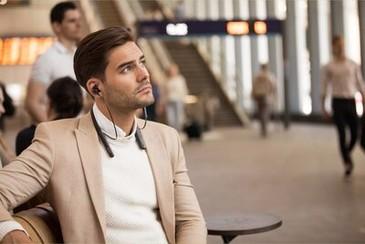 Imagine de stil de viață cu un bărbat așteptând în stație și purtând căștile WI-1000XM2
