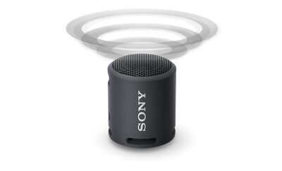 Imagine cu boxa wireless portabilă XB13 cu EXTRA BASS(TM), cu unde sonore care emană de sus, indicând procesorul cu difuzie a sunetului.