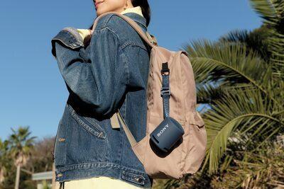 Imagine cu boxa wireless portabilă XB13 EXTRA BASS(TM) atașată de rucsacul unei tinere.