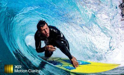 Imagine cu un surfer care ilustrează detalii fără neclarități la nivelul valurilor