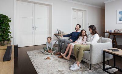 Familie în camera de zi cu HT-G700