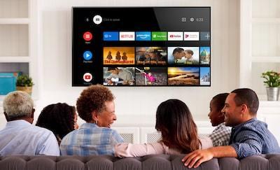 Familie căutând conținut de divertisment pe Android TV