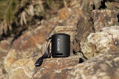 Imagine cu boxa wireless portabilă XB13 EXTRA BASS(TM) într-o locație izolată
