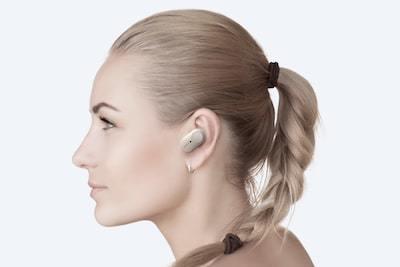 Fotografie de studio cu o femeie purtând căştile WF-1000XM3 cu comenzi tactile personalizabile.