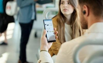 Imagine de stil de viaţă cu un bărbat folosind aplicația Sony   Conectare căști pe smartphone.