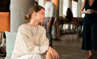 Imagine de stil de viață cu o femeie care folosește căștile WI-1000XM2 pentru a se bucura de sunet de înaltă rezoluție.