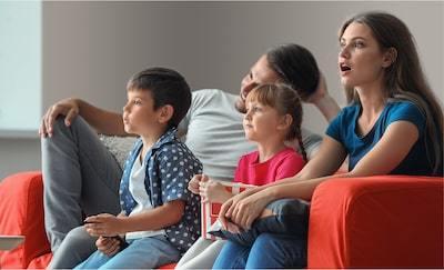 O familie vizionează filme