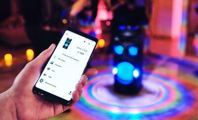 Petrecăreț folosind aplicația Sony | Music Center pe smartphone