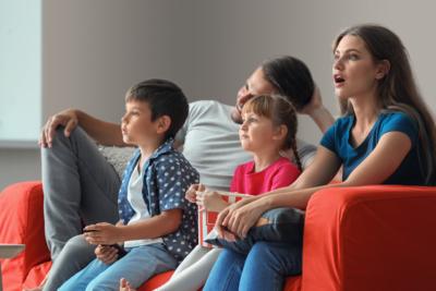 O familie vizionează un film