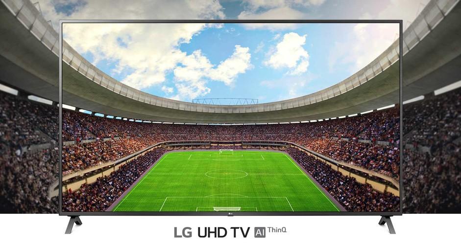 O vedere panoramică a stadionului de fotbal, plin de spectatori, afișat în cadrul unui televizor.